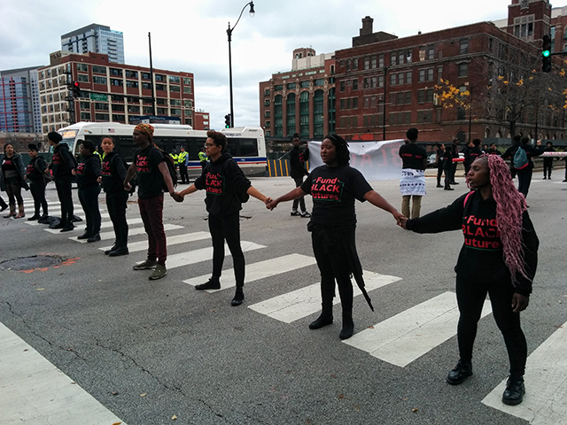 Demonstrators link arms at protest shutting down the International Association of Chiefs of Police Conference in Chicago, Illinois, 24 October, 2015. (Photo: Kelly Hayes)
